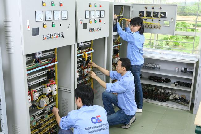 Học viên thực hành kỹ thuật điện