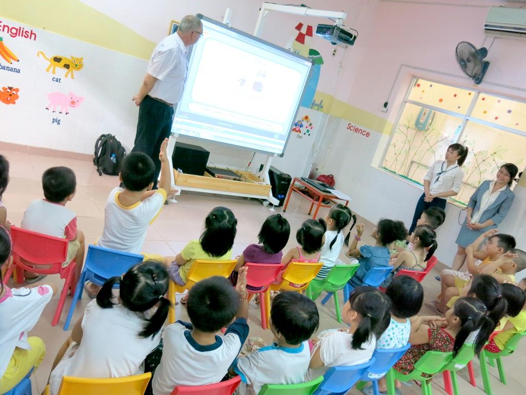 Thầy giáo hướng dẫn nhiệt tình cho các bé học tiếng Anh