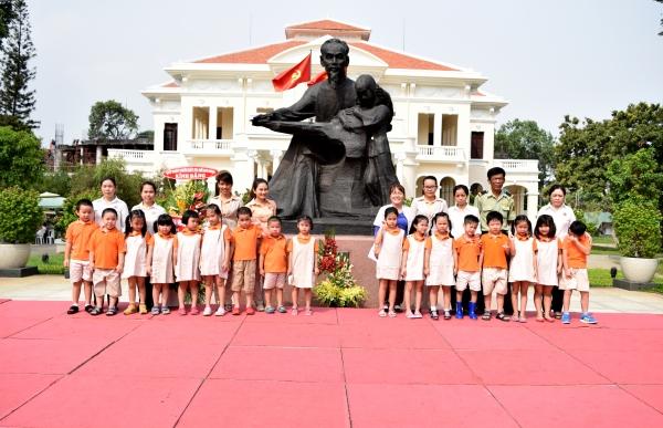 Các bé dâng hoa cho Bác Hồ kính yêu